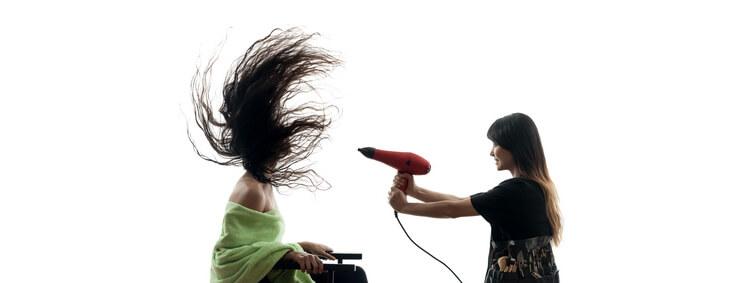 Jaką moc w suszarce wybrać dla swoich włosów?