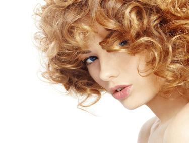 Płyny do trwałej ondulacji – niezbędnik w każdym salonie fryzjerskim