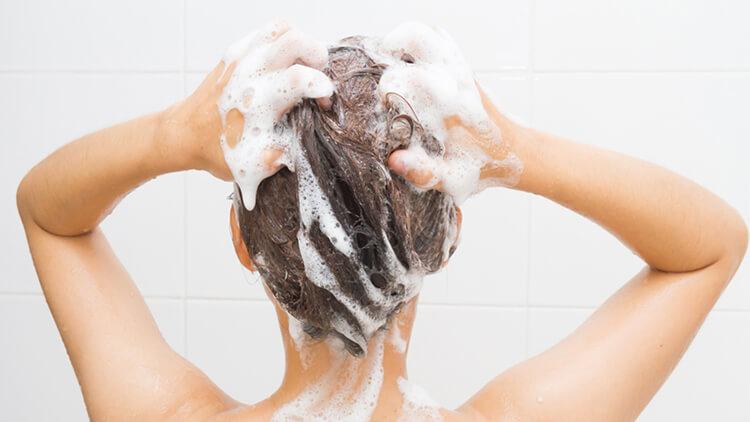 odpowiednie mycie włosów