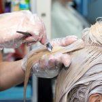 Jakich błędów unikać podczas samodzielnej koloryzacji włosów